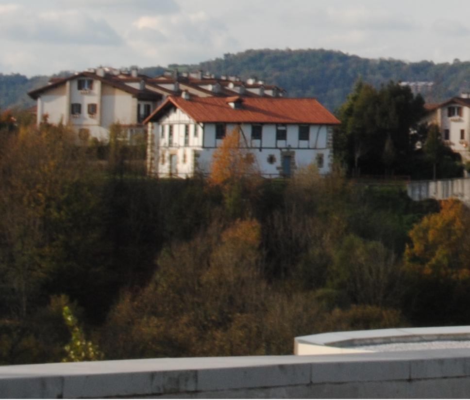 El caserío Katxola visto desde la zona de las torres de Arbide