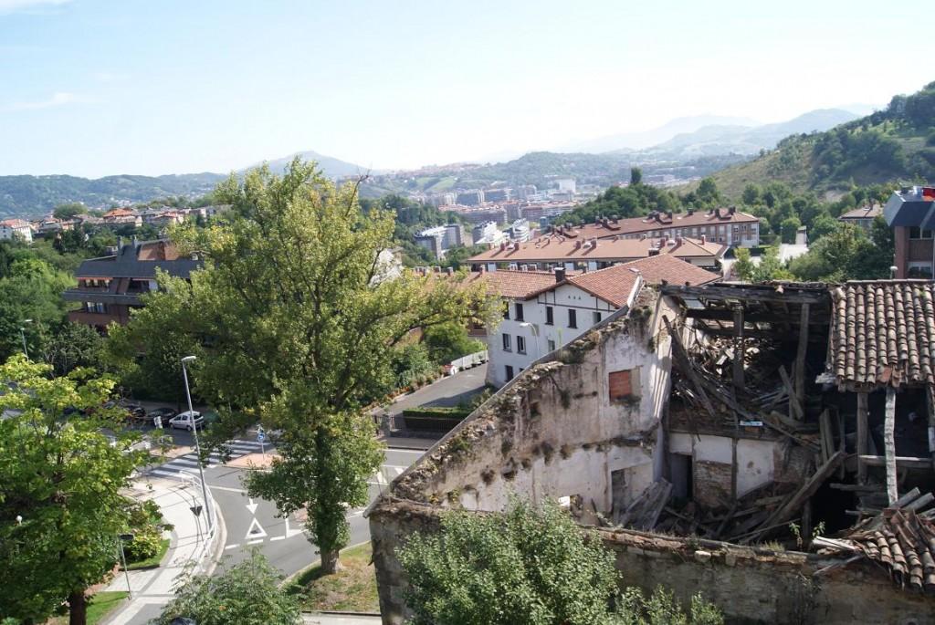 En primer plano Munto en estado ruinoso, al fondo Alkiza en medio de un hermoso paisaje