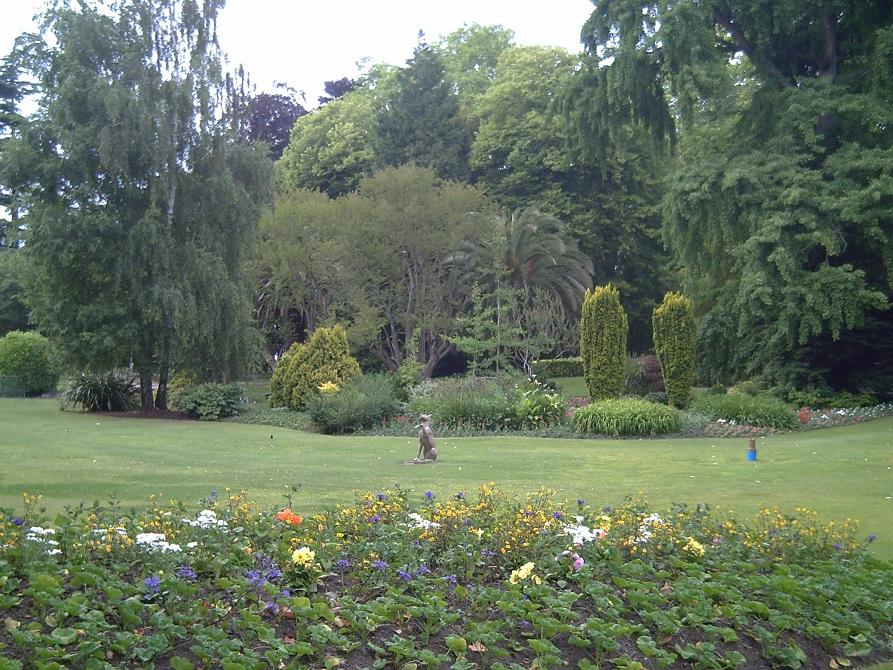 Una de las zonas donde puede escucharse el concierto pero  mucha gente se pregunta en los jardines ¿Dónde está el txakurra?