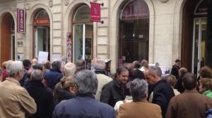 Concentración de afectados por las subordinadas frente a la Caja Laboral, en Vitoria.