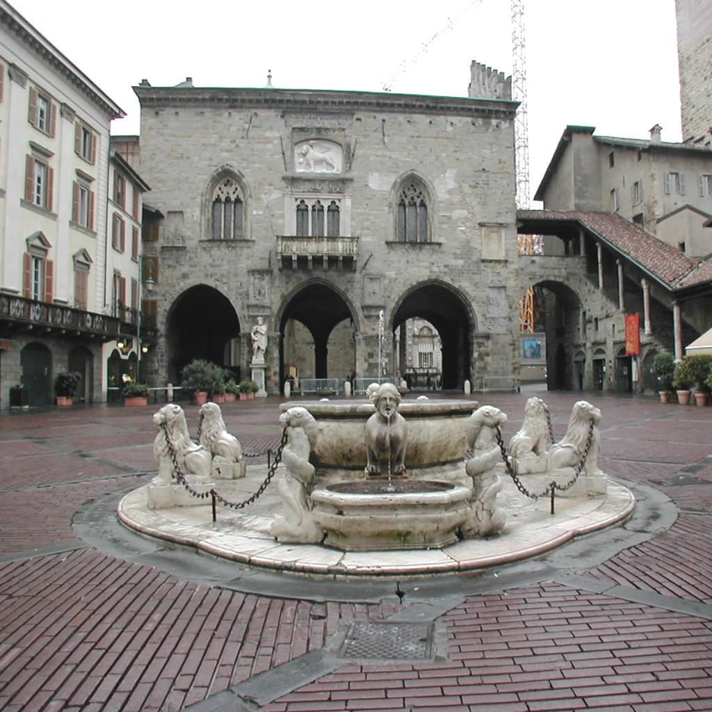 """Esta bonita Piazza Vecchia, fue definida por el gran arquitecto Le Courbusier como """"la más hermosa plaza de Europa""""."""
