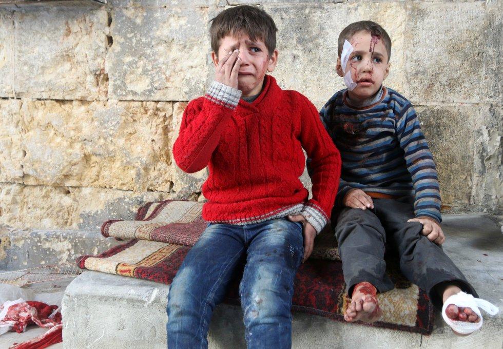Niños heridos reaccionan en un hospital tras ataques aéreos de los rebeldes en Alepo (Siria),
