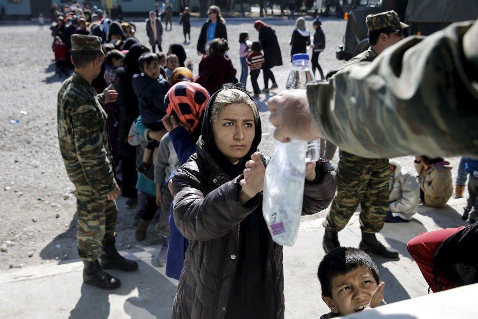 comida y agua en un campamento en Schisto, cerca de Atenas (Grecia),