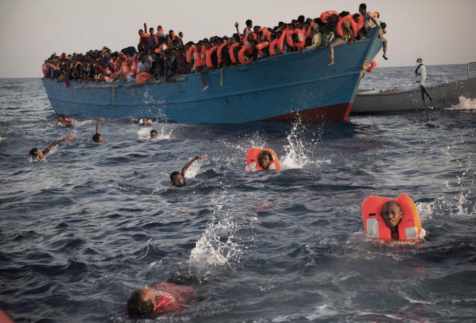 rescate en el Mar Mediterráneo, a 20 km al norte de Sabratha (Libia),
